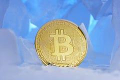 De bevroren die crypto munt bitcoin ziet obverstribunes onder ogen door blauw ijs in mooi licht worden omringd Stock Foto