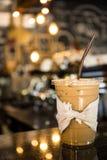 De bevroren koffie wordt geplaatst op de barteller Stock Fotografie
