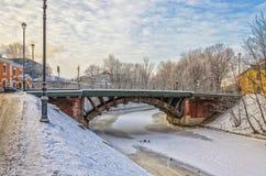 De bevroren Monastyrka-rivier en de Tweede Lavrsky-brug Royalty-vrije Stock Afbeeldingen