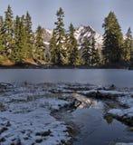 De bevroren pieken van het Meer en van de berg Stock Afbeelding
