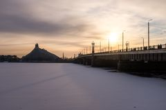 De Bevroren Rivier Daugava en Nationale Bibliotheek in Letland Royalty-vrije Stock Afbeeldingen