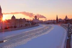 De bevroren rivier van Moskou bij zonsondergang Stock Afbeelding