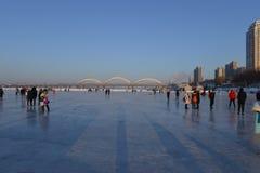 De bevroren Songhua-rivier in de winter Royalty-vrije Stock Foto's