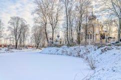 De bevroren vijver in de Nikolskoye-begraafplaats van de Heilige Alexander Nevsky Lavra Stock Fotografie