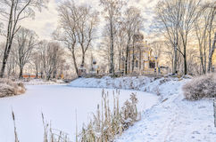 De bevroren vijver in de Nikolskoye-begraafplaats van de Heilige Alexander Nevsky Lavra Stock Afbeelding