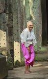 De Bewaarder van de tempel in Preah Khan Stock Afbeeldingen