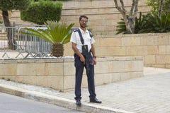 De bewapende mens van het veiligheidspersoneel de voertuigcontrolepost op de misstapweg aan de ingang aan de Israëlische het Parl royalty-vrije stock afbeelding