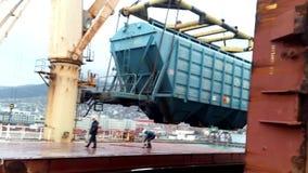 De bewegende auto van de vrachtspoorweg in de haven door een havenkraan Lading het opheffen verrichtingen Industriële haven stock video