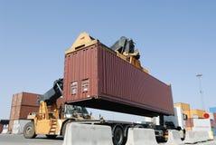 De bewegende container van de vorkheftruck stock afbeelding
