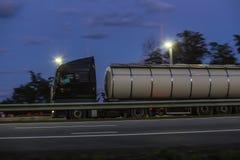 de bewegende nacht van de brandstofvrachtwagen op een landweg royalty-vrije stock foto