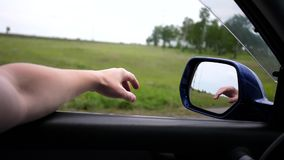 De beweging van de auto op de weg De bestuurdersaandrijving met het open venster De bezinning dient de spiegel in Familie stock videobeelden