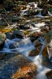 De beweging van de waterval op de rotsen Royalty-vrije Stock Afbeelding