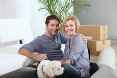 De beweging van het paar en van de hond in huis royalty-vrije stock afbeeldingen
