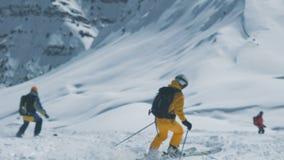 De beweging van skiërsfreeriders onderaan de sneeuwhelling Tian Shan-bergen, Shymkent, Kazachstan - Februari 2018 stock footage
