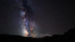 De beweging van sterren en de Melkweg zetten hierboven Elbrus op stock video
