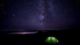 De beweging van de sterren in de nachthemel stock video