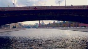 De beweging van de tijdtijdspanne op de rivier dichtbij Moskou het Kremlin in Autumn Day stock videobeelden