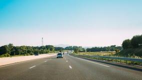 De beweging van voertuigen op snelweg, autosnelweg A8 dichtbij Pourrieres Royalty-vrije Stock Afbeelding