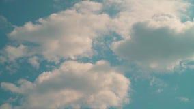 De beweging van wolken hoog tegen de hemel, mooie pluizige wolken stock videobeelden
