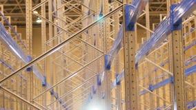 De Bewegingen van de close-upcamera langs Bergruimte door Opgezette Planken stock video