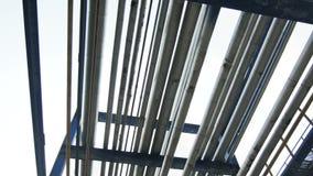 De Bewegingen van de close-upcamera onder Pijpbouw op Raffinaderij stock videobeelden