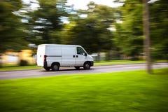 De bewegingen van de leveringsbestelwagen op weg Royalty-vrije Stock Afbeeldingen