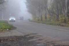 De bewegingen van het motorvervoer in voorwaarden van dikke mist stock afbeeldingen