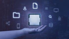 De bewerker van de handholding die met de pictogrammen van de online, gegevensverwerkingsdiensten wordt omringd stock afbeeldingen