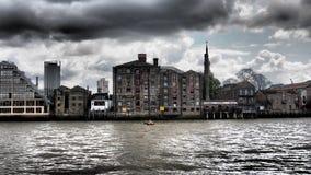 De bewolking van het de riviereind van Theems, Londen, het UK stock foto's