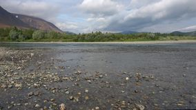 De bewolkte Augustus-dag op de rivier snikt Polair Oeralgebergte, Rusland stock videobeelden