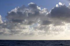 De bewolkte hemel over oceaan Royalty-vrije Stock Fotografie