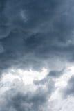 De bewolkte hemel vóór onweer begint Royalty-vrije Stock Foto's