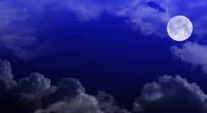 De bewolkte hemel van de nacht met maan stock fotografie