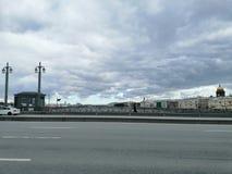 De bewolkte hemel van St. Petersburg stock afbeelding