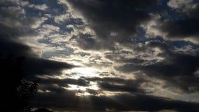 De bewolkte hemelzon blies erachter dark Royalty-vrije Stock Foto's