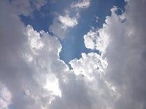 De bewolkte stralen van de dagzon Stock Foto