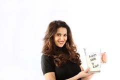 De bewuste jonge vrouw van de gezondheid met melk Royalty-vrije Stock Fotografie