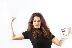 De bewuste jonge vrouw van de gezondheid met melk Stock Foto's