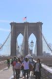 De bezienswaardigheden bezoekende Brug van Brooklyn, New York Stock Foto's