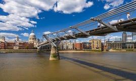 De bezige Forenzen van Londen kruisen een brug stock foto