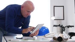 De bezige Gegevens die van Businessperson Access Online Technical Tabletmededeling gebruiken stock video