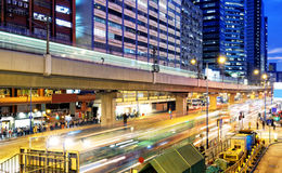 De bezige het verkeersnacht van de binnenstad van Hongkong Royalty-vrije Stock Foto's