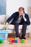 De bezige jonge papa maakt speelgoed schoon Royalty-vrije Stock Afbeeldingen