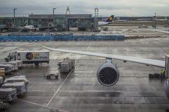 De bezige luchthaven van Frankfurt, Duitsland stock foto's