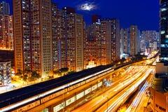 De bezige nacht van het wegtreinverkeer in stedelijke financiën Royalty-vrije Stock Afbeelding
