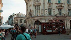 De bezige Stad Van de binnenstad van Boekarest in de Oude Stad van Lipscani van Roemeni? stock video