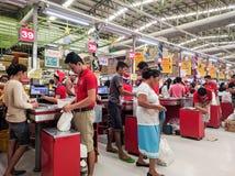 De bezige steeg van de kruidenierswinkelcontrole stock foto