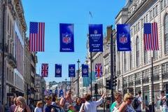 De bezige Straat van Londen met Amerikaanse Voetbalbanners en Vlaggen stock foto's