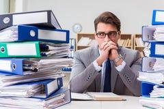 De bezige zakenman onder spanning toe te schrijven aan het bovenmatige werk royalty-vrije stock foto's