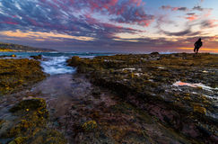 De Bezinning en de Wolken van de getijdenpool in Laguna Beach, CA Royalty-vrije Stock Foto